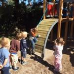 Børnene venter spændt på deres tur til at prøve legepladsen